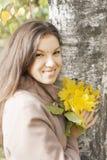 Retrato de la muchacha en otoño Imagenes de archivo