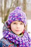 Retrato de la muchacha en parque del invierno Fotos de archivo libres de regalías