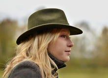 Retrato de la muchacha en sombrero verde Fotografía de archivo libre de regalías