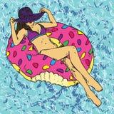 Retrato de la muchacha en sombrero y bikini púrpuras que toma el sol en el anillo inflable del buñuelo del rosa, fondo azul de on stock de ilustración