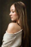 Retrato de la muchacha en suéter hecho punto Fotos de archivo libres de regalías