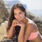 Retrato de la muchacha en traje de baño rosado Imagenes de archivo