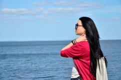 Retrato de la muchacha en un fondo de un paisaje del mar Foto de archivo libre de regalías