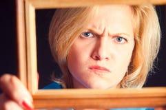 Retrato de la muchacha en un marco de madera Fotografía de archivo