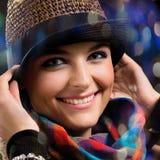 Retrato de la muchacha en un sombrero imagenes de archivo