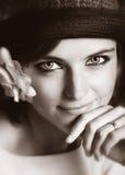 Retrato de la muchacha en un sombrero con una flor. fotografía de archivo