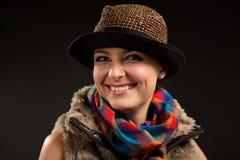 Retrato de la muchacha en un sombrero y una bufanda imágenes de archivo libres de regalías