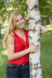 Retrato de la muchacha en una blusa roja Foto de archivo libre de regalías