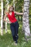 Retrato de la muchacha en una blusa roja Imagenes de archivo