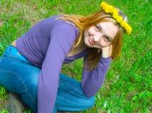 Retrato de la muchacha en una guirnalda Imagen de archivo libre de regalías