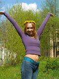 Retrato de la muchacha en una guirnalda Fotos de archivo