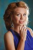 Retrato de la muchacha encantadora con el pelo rubio grueso y los ojos azules adentro foto de archivo libre de regalías