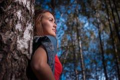 Retrato de la muchacha encantadora en el aire fresco, sol Fotos de archivo libres de regalías