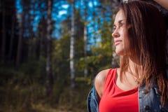 Retrato de la muchacha encantadora en el aire fresco, sol Imagen de archivo libre de regalías