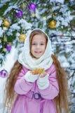 Retrato de la muchacha encantadora en una capa rosada y una bufanda blanca Imagenes de archivo