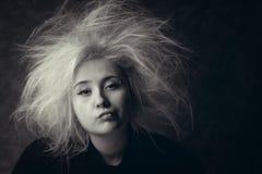 Retrato de la muchacha enfadada con el pelo despeinado, foto en blanco y negro Imágenes de archivo libres de regalías