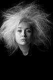 Retrato de la muchacha enfadada con el pelo despeinado, foto en blanco y negro Imagen de archivo libre de regalías