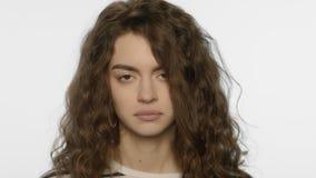 Retrato de la muchacha enferma que estornuda en estudio Mujer joven con síntomas fríos almacen de metraje de vídeo