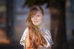 Retrato de la muchacha europea en un vestido blanco Foto de archivo