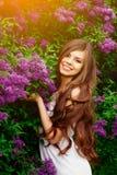 Retrato de la muchacha feliz con las flores Imagen de archivo libre de regalías
