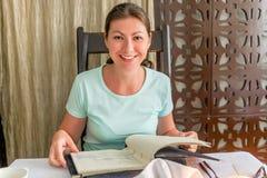 Retrato de la muchacha feliz con un menú Fotos de archivo libres de regalías