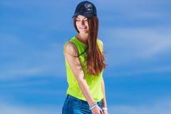 Retrato de la muchacha feliz del adolescente al aire libre Fotografía de archivo libre de regalías