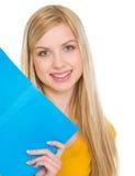 Retrato de la muchacha feliz del estudiante con el libro Foto de archivo libre de regalías