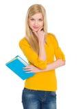 Retrato de la muchacha feliz del estudiante con el libro Imágenes de archivo libres de regalías