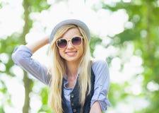 Retrato de la muchacha feliz del inconformista en el parque Fotos de archivo