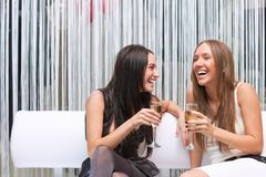 Retrato de la muchacha feliz dos con champán imagen de archivo libre de regalías