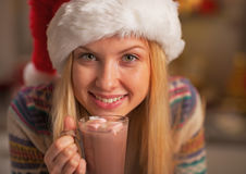 Retrato de la muchacha feliz en el sombrero de santa con la taza de chocolate caliente Fotos de archivo libres de regalías