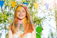 Retrato de la muchacha feliz en festival del color de Holi Fotos de archivo