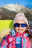 Retrato de la muchacha feliz en gafas de sol Fotos de archivo libres de regalías