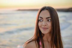 Retrato de la muchacha feliz en la playa, foto del verano Fotos de archivo