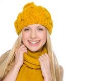 Retrato de la muchacha feliz en ropa del otoño Imagen de archivo libre de regalías