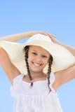Retrato de la muchacha feliz en un sombrero blanco Foto de archivo libre de regalías