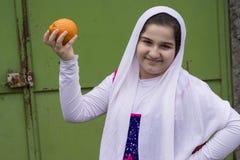 Retrato de la muchacha feliz hermosa adolescente con la sola naranja Fotos de archivo