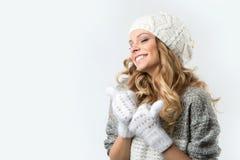 Retrato de la muchacha feliz hermosa en sombrero y manoplas del suéter Fotografía de archivo