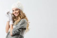 Retrato de la muchacha feliz hermosa en sombrero y manoplas del suéter Fotos de archivo