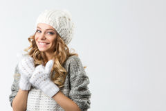 Retrato de la muchacha feliz hermosa en sombrero y manoplas del suéter Fotos de archivo libres de regalías