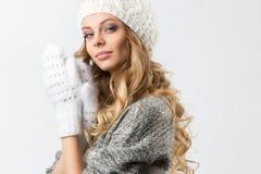 Retrato de la muchacha feliz hermosa en sombrero y manoplas del suéter Imágenes de archivo libres de regalías