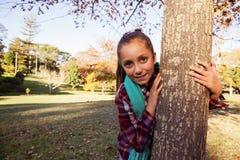Retrato de la muchacha feliz que abraza el árbol Fotografía de archivo