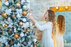 Retrato de la muchacha feliz que adorna el árbol de navidad Fotografía de archivo