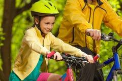 Retrato de la muchacha feliz que monta su bicicleta Imagen de archivo libre de regalías