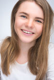 Retrato de la muchacha feliz sonriente del adolescente de los jóvenes Imagenes de archivo