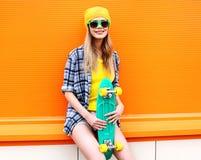 Retrato de la muchacha fresca del inconformista de la moda en gafas de sol Fotos de archivo