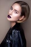 Retrato de la muchacha gótica con los ojos azules en oscuridad Fotos de archivo