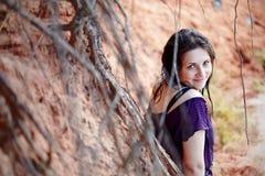 Retrato de la muchacha hermosa al aire libre. Foto de archivo libre de regalías
