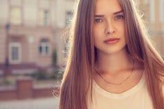 Retrato de la muchacha hermosa al aire libre Fotografía de archivo libre de regalías
