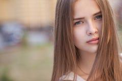 Retrato de la muchacha hermosa al aire libre Fotos de archivo